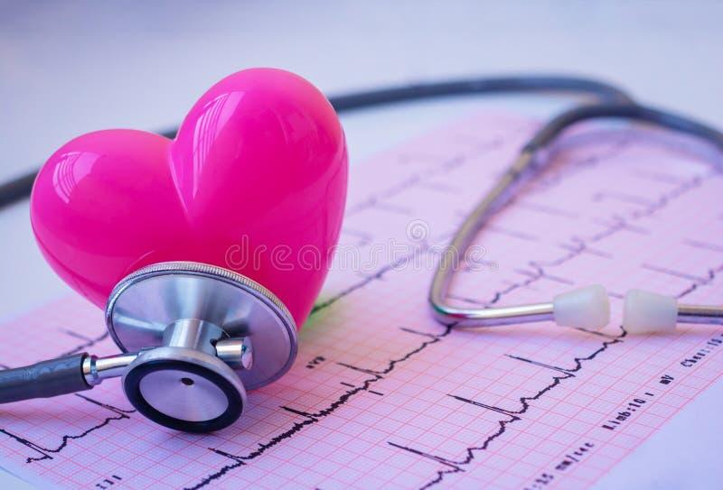 Groene stethoscoop en roze Hart stock afbeelding