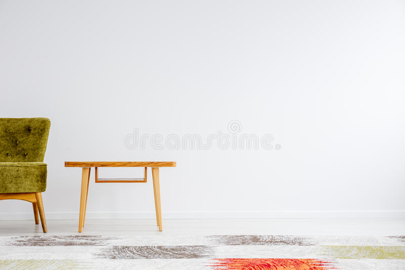 Groene stoel naast houten lijst royalty-vrije stock afbeeldingen