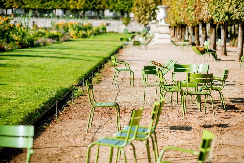 Groene stoelen bij Tuileries-tuinen in Parijs stock foto's