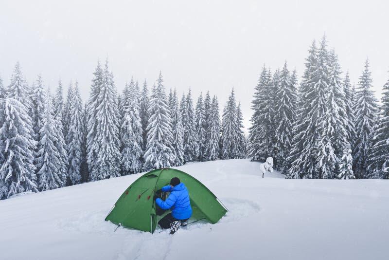 Groene tent in de winterbergen royalty-vrije stock afbeeldingen