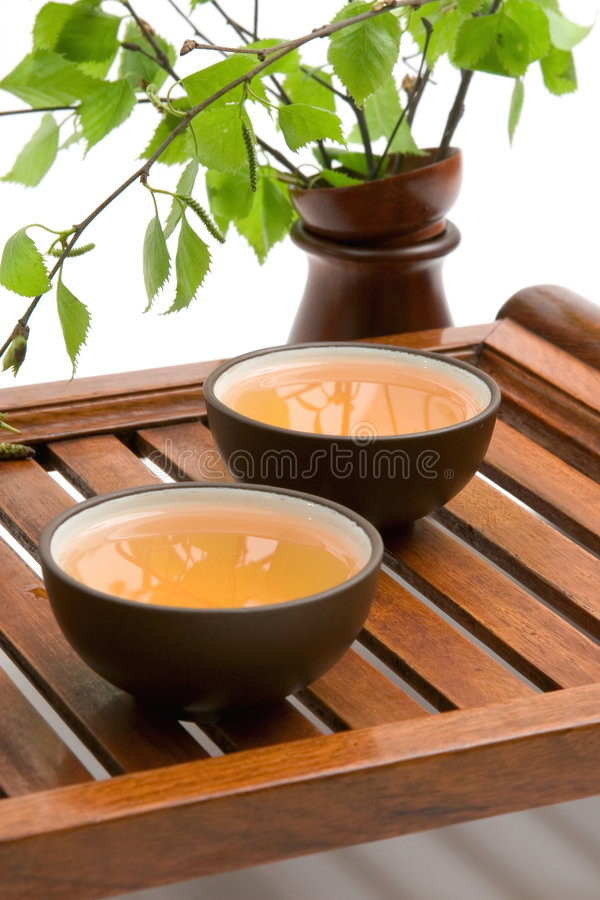 Groene thee in bruine koppen royalty-vrije stock foto