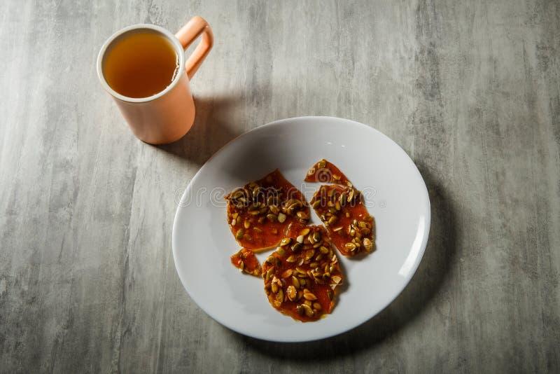 groene thee en pompoenzaden in gekarameliseerd suikerdessert stock foto's