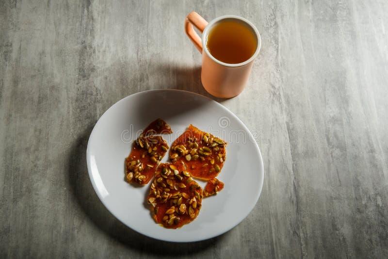 groene thee en pompoenzaden in gekarameliseerd suikerdessert royalty-vrije stock afbeeldingen