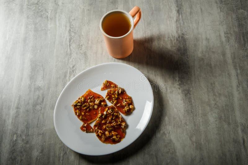 groene thee en pompoenzaden in gekarameliseerd suikerdessert stock afbeeldingen