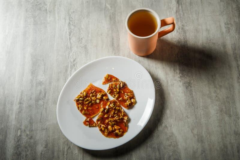 groene thee en pompoenzaden in gekarameliseerd suikerdessert stock fotografie