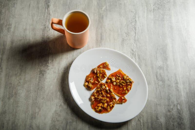 groene thee en pompoenzaden in gekarameliseerd suikerdessert royalty-vrije stock foto