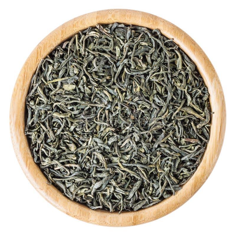 Groene thee in houten die kom op witte achtergrond wordt geïsoleerd royalty-vrije stock foto