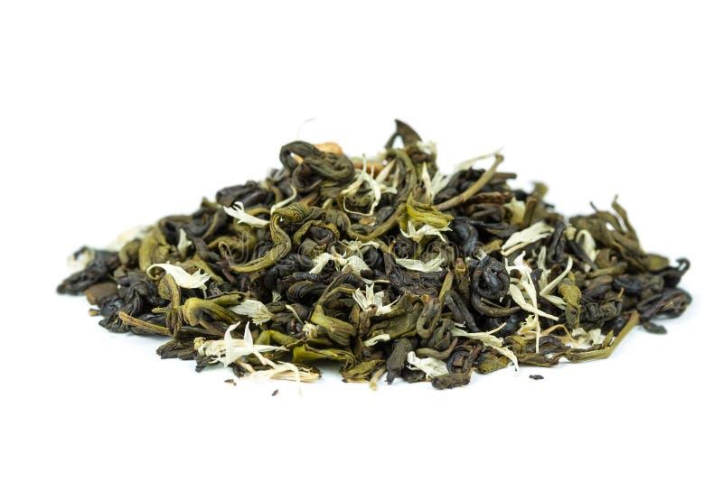 Groene thee met bloemblaadjes van bloemen stock foto's