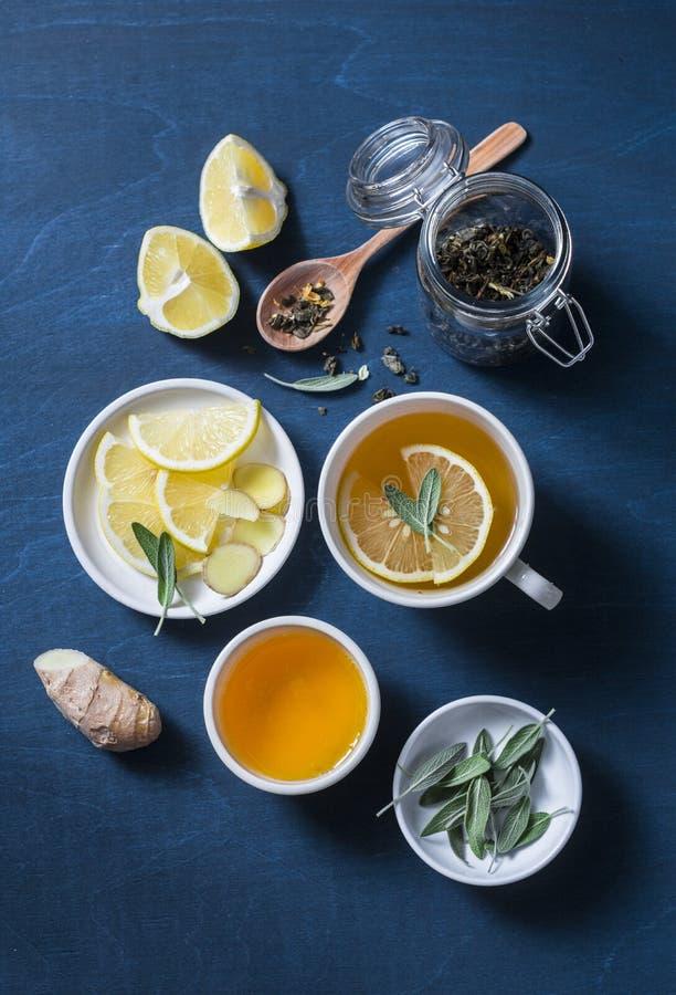 Groene thee met citroen, gember, salie op een blauwe achtergrond, hoogste mening Gezonde detoxdrank stock afbeeldingen