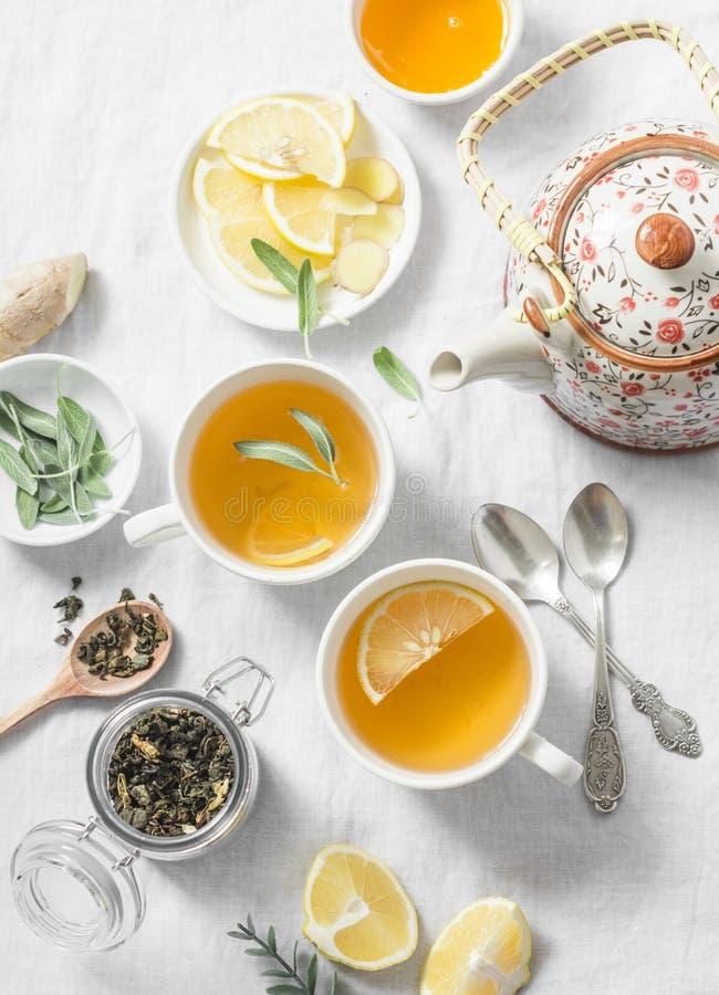 Groene thee met citroen, gember, salie op een lichte achtergrond, hoogste mening Gezonde detoxdrank royalty-vrije stock foto