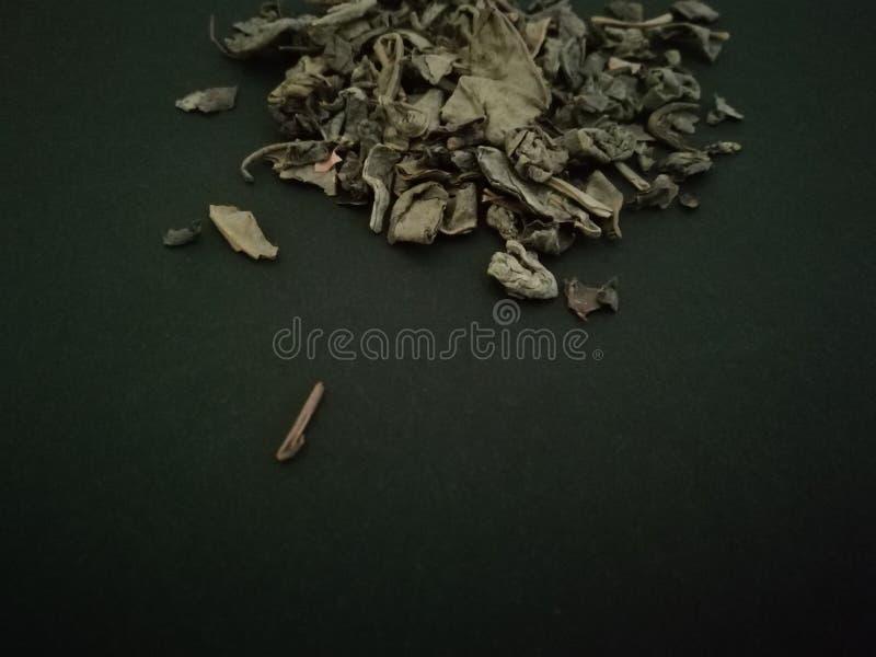 Groene thee op zwarte achtergrond De ruimte van het exemplaar stock foto