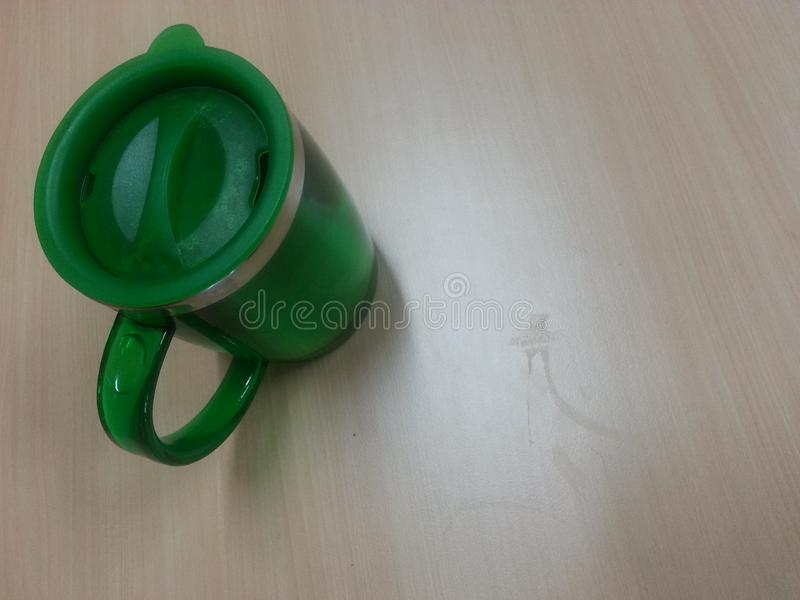 Groene thermosflessenkop stock afbeelding