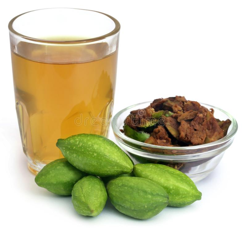Groene Triphala-vruchten met uittreksel stock foto
