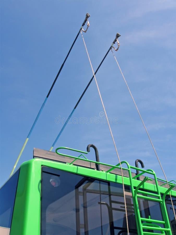 Groene trolleybusstaven op blauwe hemel, vervoer, royalty-vrije stock foto's