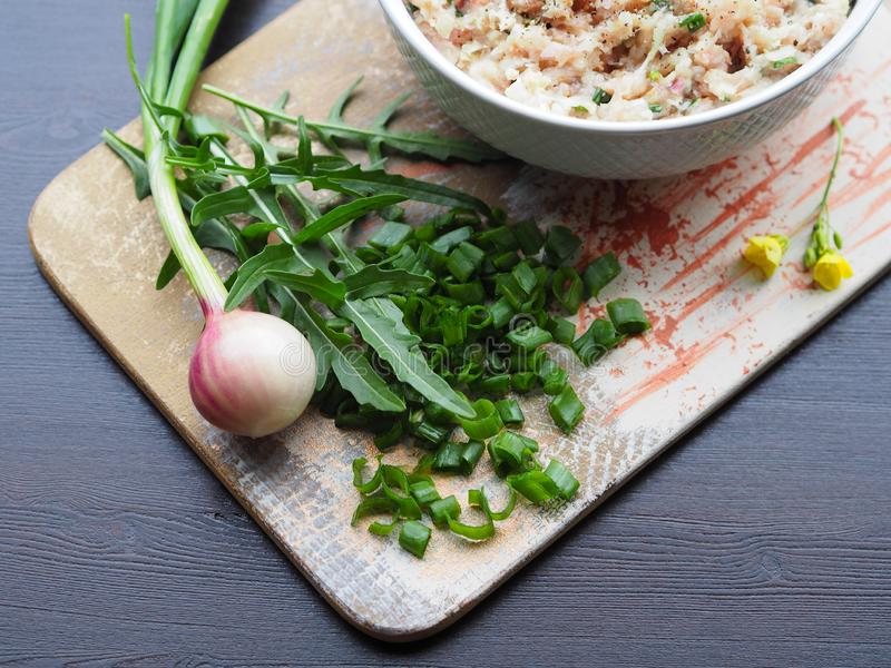 Groene uien, kruidige kruidarugula, ruw gehakt royalty-vrije stock foto's