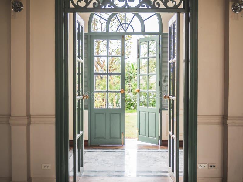 Groene uitstekende deuren stock fotografie