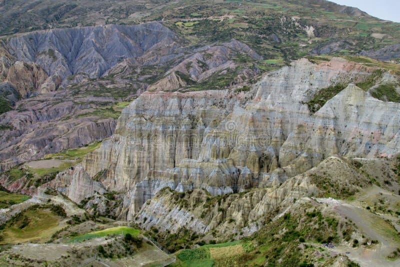 Groene vallei en canion met rotsvormingen dichtbij La Paz in Bolivië stock afbeelding
