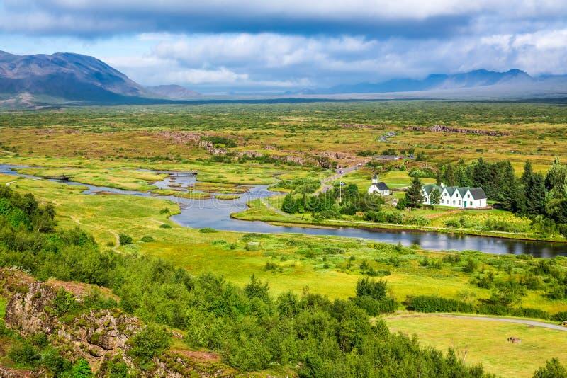 Groene vallei met de rivier en de bergen, IJsland royalty-vrije stock foto