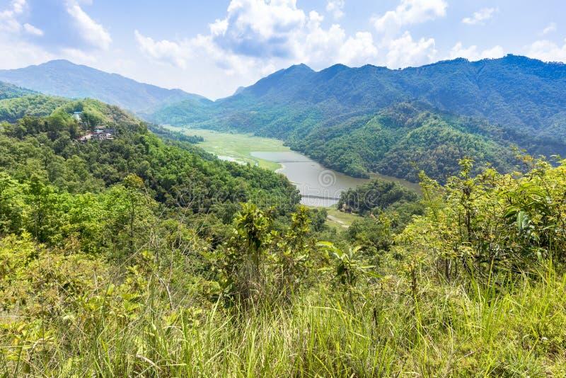 Groene vallei van Begnas en klein meer op achtergrond stock afbeelding