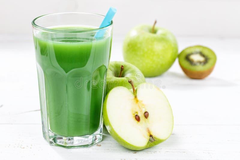 Groene van de de appelkiwi van het smoothiesap van het de spinazieglas het fruitvruchten royalty-vrije stock afbeelding