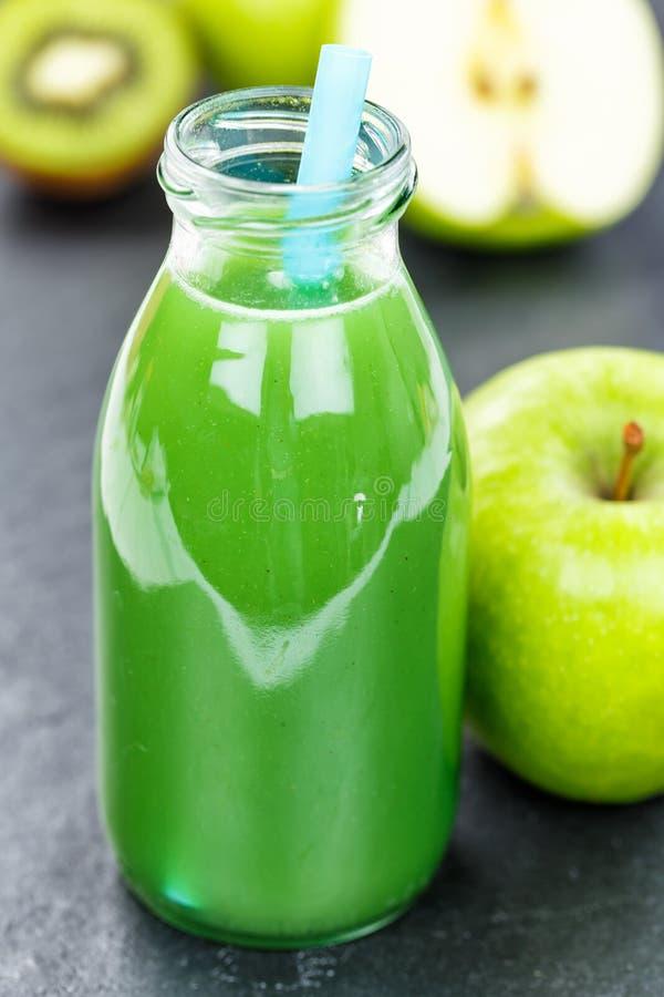 Groene van de de appelkiwi van het smoothiesap van het de spinazieportret het formaatlei Fr stock afbeeldingen