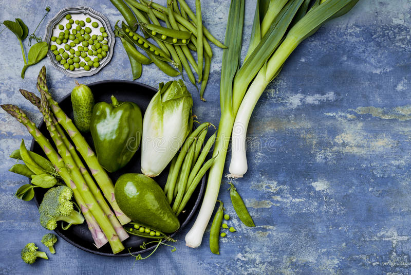 Groene veggiesgroep Vegetarische dineringrediënten Groene groentenverscheidenheid Lucht, vlak leg, hoogste mening, exemplaarruimt stock foto's