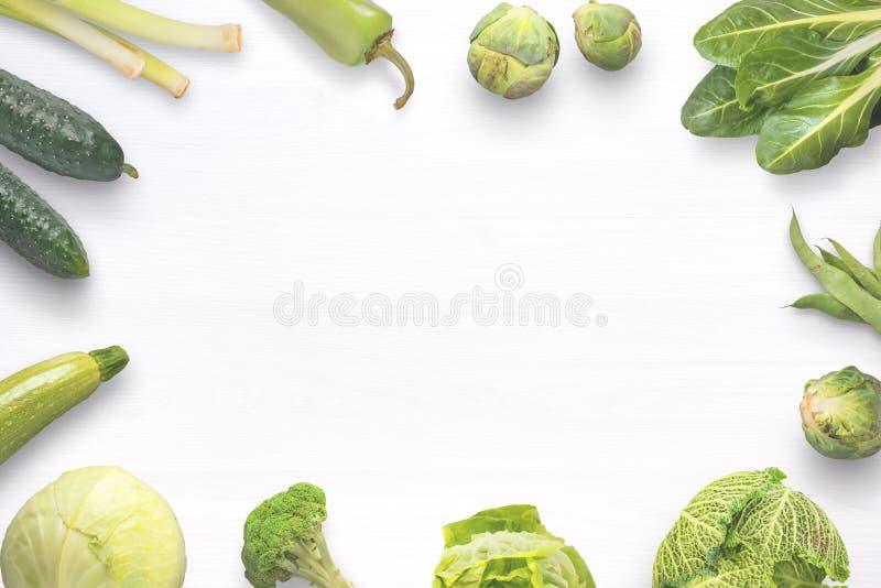 Groene verse organische groenten op witte houten lijst stock fotografie