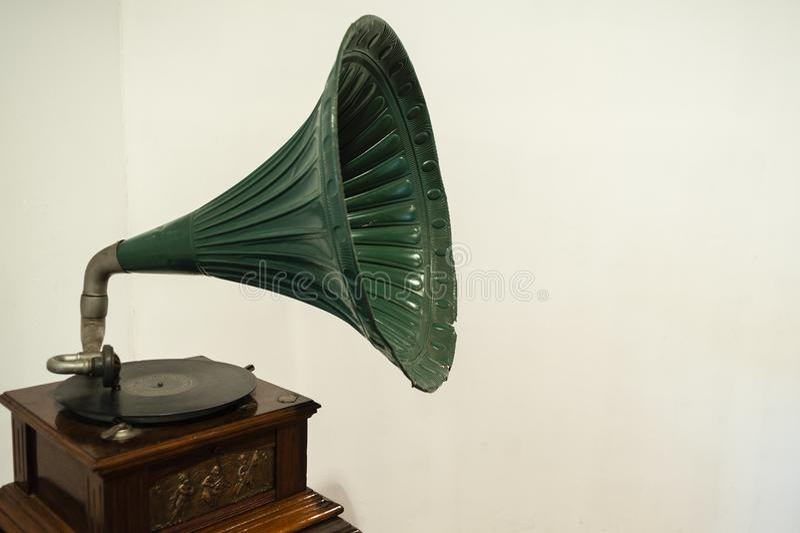Groene vitrola met witte achtergrond - grammofoon royalty-vrije stock fotografie