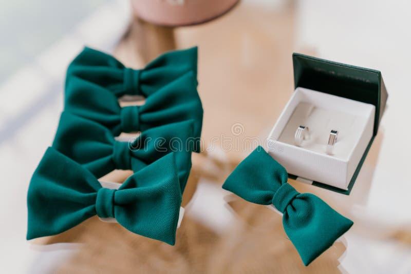 Groene vlinders op een geïsoleerde glazen tafel royalty-vrije stock afbeeldingen
