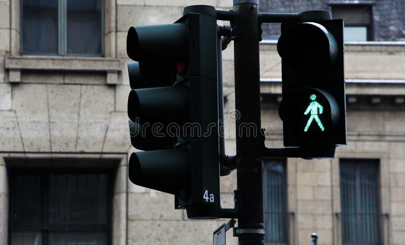Groene voetgangersoversteekplaatslichten en verkeerslichten, royalty-vrije stock afbeelding