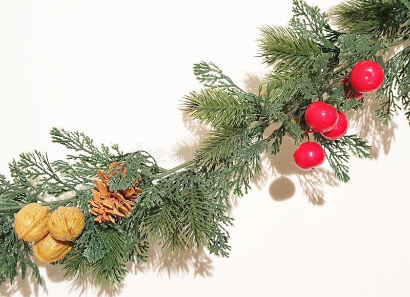 Groene Vrolijke Kerstmis Garland With Nature Ornaments Decoration stock afbeeldingen