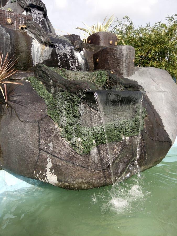 Groene waterval bij zwembad royalty-vrije stock afbeelding
