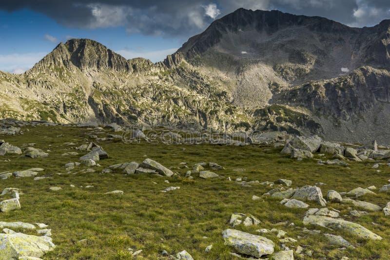 Groene weide en wolken over Kamenitsa-piek, Pirin-Berg, Bulgarije royalty-vrije stock foto's