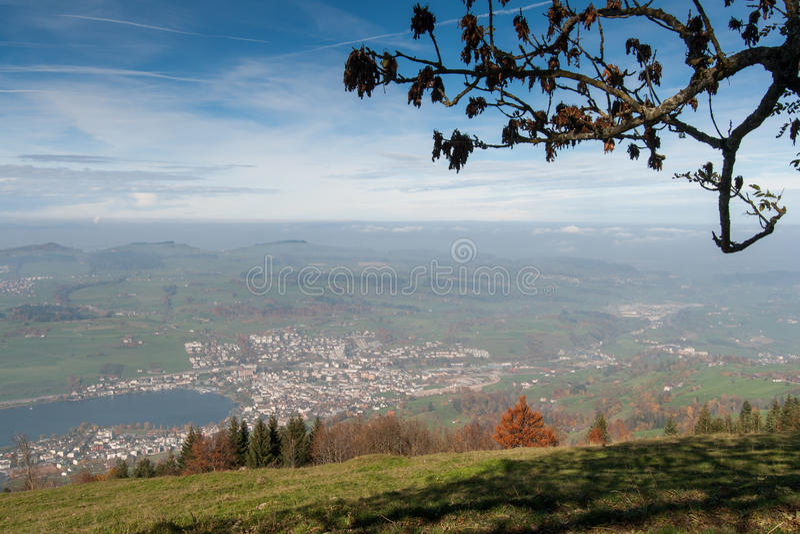 Groene weiden boven Meer Luzerne, dichtbij onderstel Rigi, Alpen stock foto
