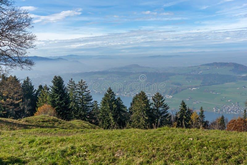Groene weiden boven Meer Luzerne, dichtbij onderstel Rigi, Alpen, Zwitserland stock foto