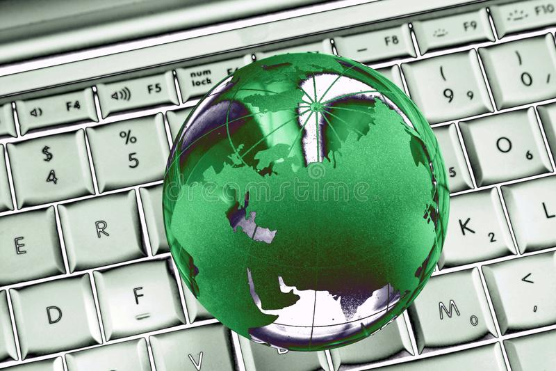 Groene wereld op laptop samenvatting stock foto's