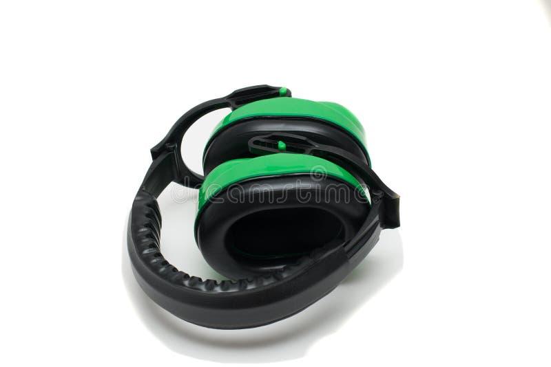 Groene werkende beschermende hoofdtelefoons, witte achtergrond stock foto