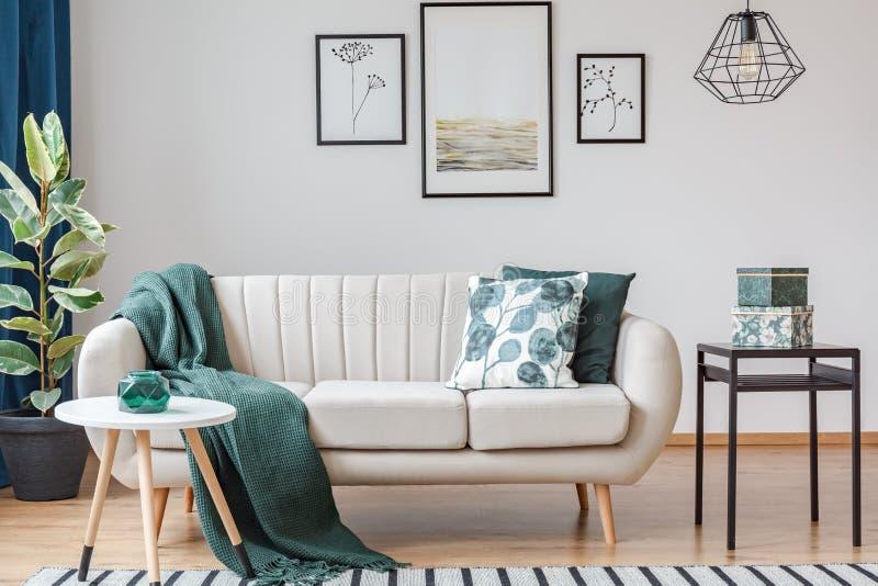 Groene woonkamer met galerij royalty-vrije stock fotografie