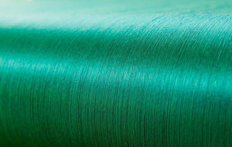 Groene zijde op een scheeftrekkend weefgetouw van een textielmolen stock afbeelding
