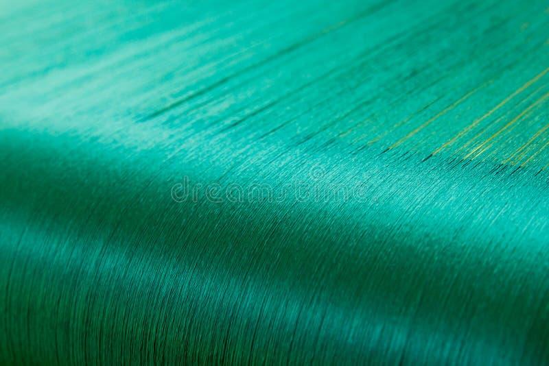 Groene zijde op een scheeftrekkend weefgetouw van een textielmolen royalty-vrije stock foto