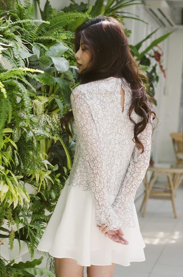 Groenmuur en witte kleding royalty-vrije stock afbeeldingen