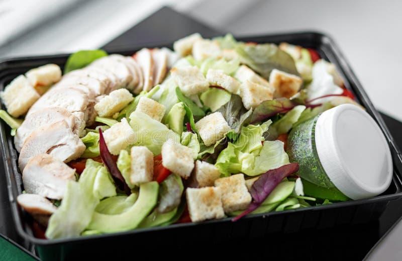 Groente en de saus van van de kippensalade en pesto in lunchdoos Het concept voedsel en voedsellevering stock foto