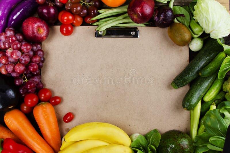 Groente en fruit gezet op document stootkussen lege ruimte voor tekst royalty-vrije stock foto's