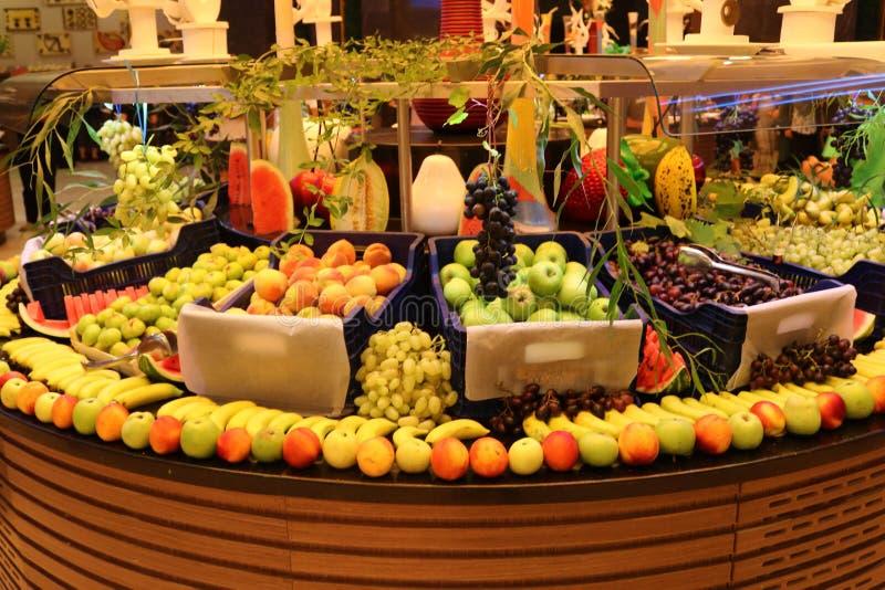 groentehandelaar Fruitwinkel Vers fruit Fruitmarkt Kruidenierswinkelopslag royalty-vrije stock fotografie
