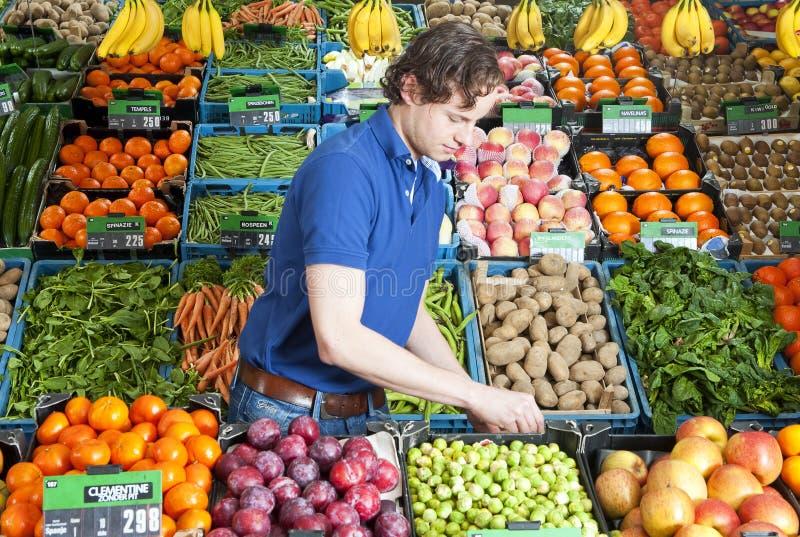 Groentehandelaar op het werk stock afbeeldingen
