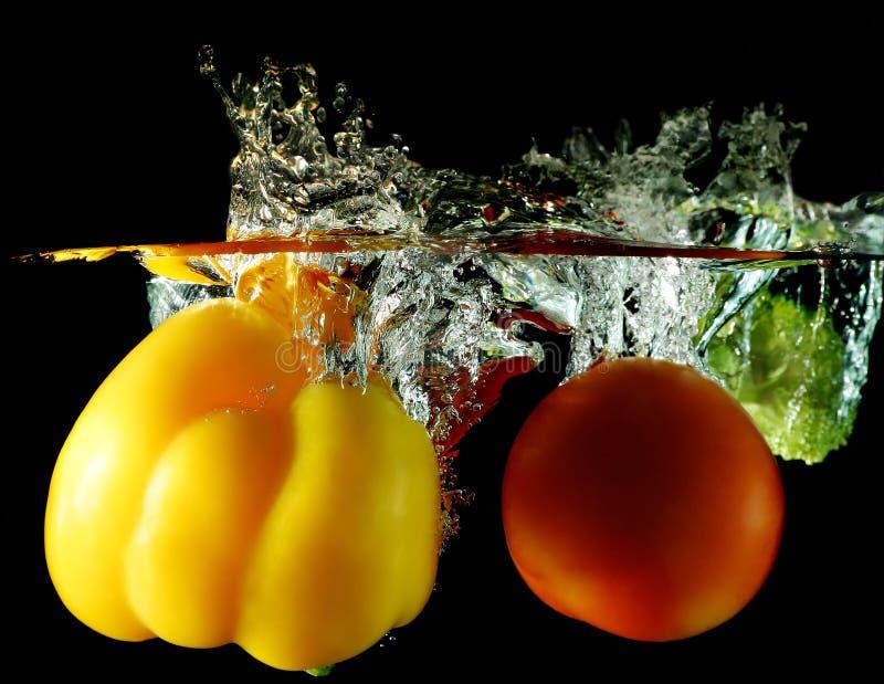 Groenten die onder water worden gelaten vallen stock foto's