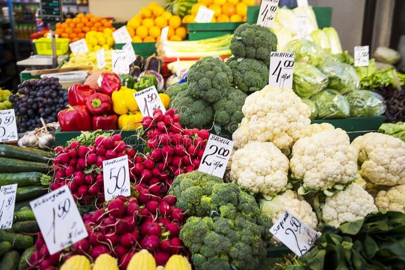 Groenten en fruit op de Markt in Krakau Polen stock afbeeldingen