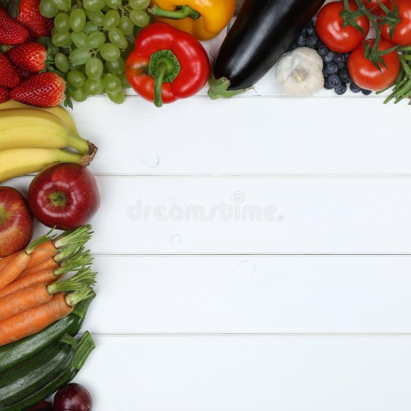 Groenten en fruitvruchten zoals appel, sinaasappel, tomaat met exemplaar stock afbeelding