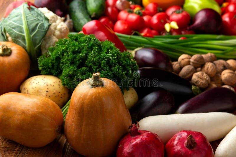 Groenten en noten op een bruine houten achtergrond stock foto's