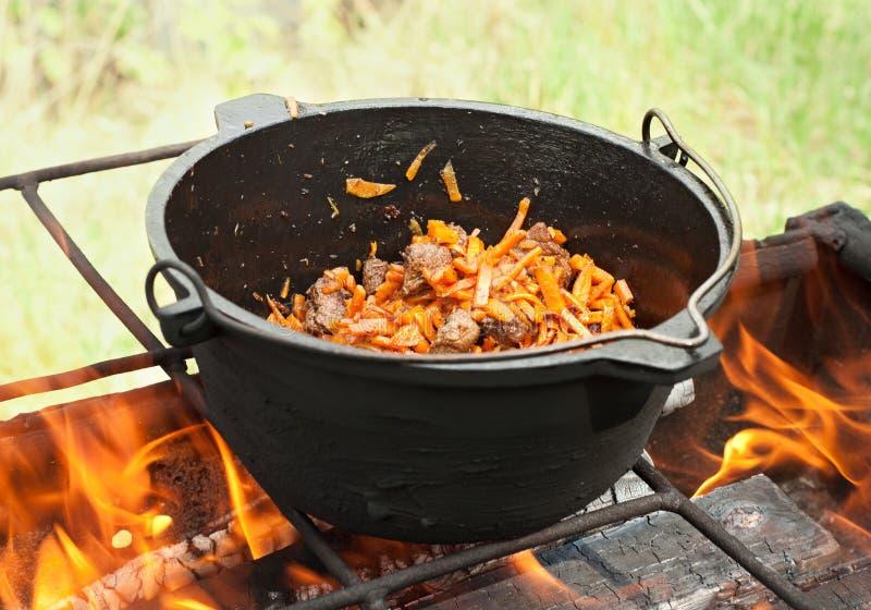 Groenten en vlees op de brand stock foto